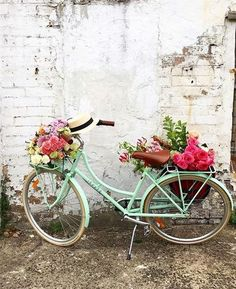 67 Flower Planters from Old Bicycle for Garden - Unique Balcony & Garden Decoration and Easy DIY Ideas Bicycle Decor, Old Bicycle, Velo Vintage, Vintage Bicycles, Vintage Style, May Flowers, Beautiful Flowers, Bike Planter, Spring Aesthetic