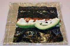jak przygotowac rolki sushi - zawijanie uramaki