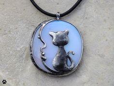 Kočka+na+měsíci+-+náhrdelník+s+opalitem+Kočka+na+měsíci+-+náhrdelník+s+opalitem+Autorský+šperk+- vyroben+z+cínu+se+stříbrem,+drátu+a opalitové+placičky.+Rozměry+přívěsku+jsou+5x4,2cm+(měřeno+včetně+očka). Zavěšeno+na+černé +kulaté+kůži.+Šperk+je+patinován, broušen,+leštěn+a+ošetřen+antioxidačním+olejem.+Opalit+podporuje+družnost+a+upevňuje+vztahy+s...