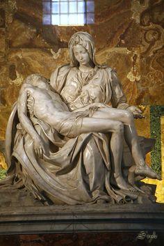 미켈란젤로 피에타, 십자가에서 죽음 을 맞이한 예수를 그의 어머니 마리아가 앉고 있는 모습을 한 조각상이다. 죽은 예수를 안타까움과 자애로운 눈빛으로 바라보고있다.