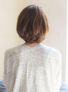 カットのベースは重めのやや前下がりボブ。表面にレイヤー(段)を入れてシルエットを柔らかく見せています。後頭部は頭の形が良く見えるようグラデーションで丸みをもたせています。そして、束感のある動きが出るように間引くように質感を入れます。カラーは柔らかさと透明感が出るようにホワイトブラウンでカラーリング。ツヤ感もあるので明るくてもギラつきません。もちろんダークトーンでも似合うボブです。髪質、お肌の色、瞳の色などをベースに一人一人に似合ったカラーリングを提案させていただきます!流行りの「透明感カラー」にするにはブリーチを使わない【ナチュラルハイライト】をベーシックなカラーと組み合わせるのがオススメ♪パーマ:パーマはかけることをオススメします!パーマをかける場合はお客様の髪質に合わせて、ベーシックなお水のパーマと低温デジタルパーマを分けて勧めさせていただいてます。パーマがかかりすぎたことのある方、ダメージが気になる方も安心してお任せください♪