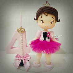 Topo de bolo personalizado.    Frete por conta do cliente. Bolo Barbie Paris, Fondant Letters, Fondant Baby, Polymer Clay Dolls, Pasta Flexible, Cold Porcelain, Clay Projects, Cake Toppers, Hello Kitty