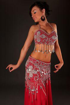 Tenue orientale Néfertiti : Costume danseuse orientale inspiré du style Egyptien, composé de deux pièces entièrement brodé à la main en perles de verre finition dorée ou argentée.