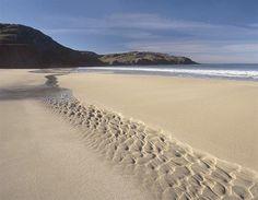 Dhail Mhor/Dalmore Bay, Isle of Lewis (© Patrick Dieudonne / Robert Harding) Beautiful Islands, Beautiful Beaches, Northern Lights Scotland, Robert Harding, Isle Of Harris, Outer Hebrides, Scottish Islands, Bays, Scotland Travel