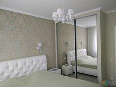 Спальня в серых тонах, зеркальный шкаф-купе