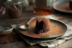 Schokoladen-Törtchen mit flüssigem Kern - Das sogenannte fondant au chocolat lässt für Schokoholics keine Wünsche offen. Sein flüssiger Kern offenbart sich beim ersten Bissen. Einfach traumhaft!