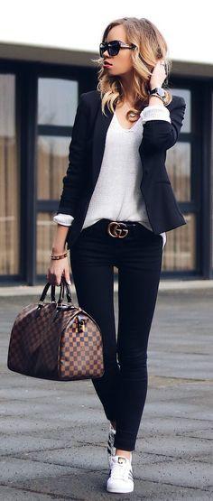 9 Peças coringas que vão dar um up no visual. Blazer preot, blusa de maga branca, calça preta skinny, cinto gucci, tênis adidas branco