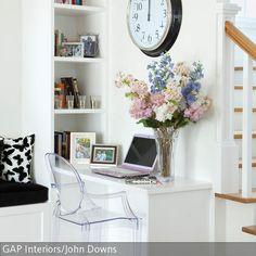 Nicht nur Schränke können bereits in die Architektur des Hauses eingebaut sein. Die eingebaute Arbeitsecke neben dem Treppenabsatz schafft eine solide und…