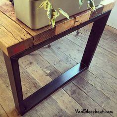 Eettafel of vergadertafel van oude sloophout balken en stalen O-onderstel. De tafel staat op een sloophouten vloer. Stoer! #eettafel #vergadertafel #oudhout #sloophout #hout #oudebalken #balken #tafel #stoer #vloer #houtenvloer