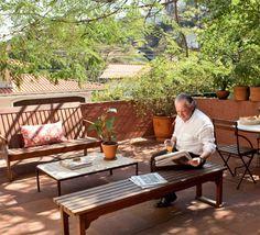 O arquiteto durante uma pausa no delicioso terraço sobre a garagem.