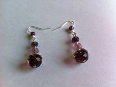 Boucles d'oreilles acier chirurgical type crochet avec pendentifs perles prune et mauve : Boucles d'oreille par nessymatriochka