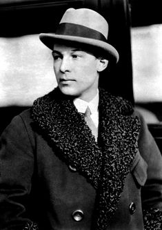 Rudolph Valentino, taken by paparazzi. Hollywood Stars, Classic Hollywood, Old Hollywood, Rudolph Valentino, Vintage Movies, Vintage Men, Vintage Style, 20s Fashion, Vintage Fashion