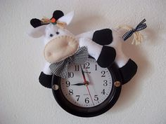 I've borrowed this picture from a website and it's not my creation. Felt Diy, Felt Crafts, Christmas Clock, Fabric Animals, Felt Fabric, Quilts, Cool Stuff, Cows, Website