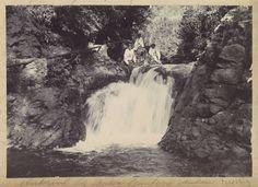 Anonymous | Indische mannen bij een waterval bij Batoe Gantong op Ambon, Anonymous, c. 1900 - c. 1920 | Onderdeel van Reisalbum met foto's van Ambon.