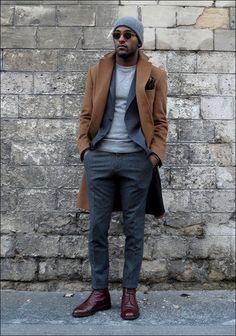 Tenue: Pardessus brun clair, Blazer en coton gris, Pull à col rond gris, Pantalon de costume en laine gris