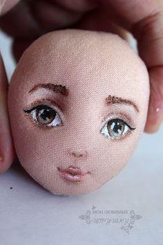 Сегодня я на примере своей куклы Холли покажу один из возможных варинтов росписи лица текстильной куклы. Перед росписью ткань я ничем не грунтую, так как для меня важно сохранить поверхность ткани мягкой. Но это накладывает некоторые ограничения в работе. Карандашный набросок надо делать наверняка, так как стереть простой карандаш можно, но это место будет выглядеть грязным и затертым.