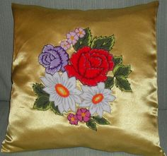 Almohadón con flores en bordado chino / Pillow with flowers with punchneedle - Igolochkoy needle | https://www.facebook.com/photo.php?fbid=293507090685551=pb.163337617035833.-2207520000.1365878636=3=1