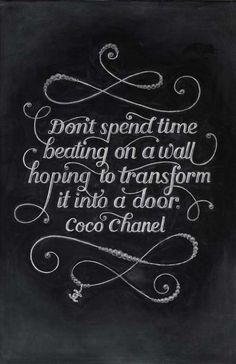 """""""Não perca tempo batendo numa parede esperando que ela se transforme em uma porta"""" – Coco Chanel"""