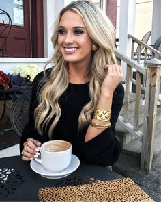 Love her hair color Sweet Coffee, Hot Coffee, Coffee Drinks, Good Morning Coffee, Coffee Break, Opening A Cafe, Corner Cafe, Roasted Mushrooms, Coffee Culture