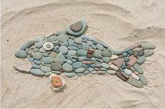 На пляже  можно выкладывать всевозможные фигурки и  мазайки из камушков.