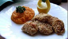 Gurite de pui cu susan si piure de morcovi. Grains, Muffin, Meat, Breakfast, Food, Celebration, Fine Dining, Beef, Morning Coffee