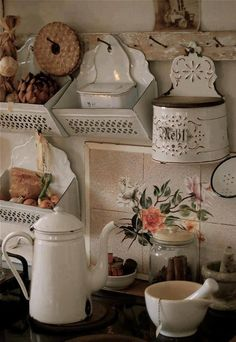 cottage kitchen in shabby chic Cocina Shabby Chic, Shabby Chic Cottage, Vintage Shabby Chic, Shabby Chic Decor, Cottage Style, Vintage Decor, Vintage Tins, Vintage Metal, Cozy Cottage