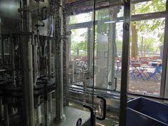 Biergartenbesucher der Regensburger Spital Brauerei können seit kurzem einen Kosme Barifill Füller mit Variocap Verschließer im Schaufenster bewundern. Der Biergarten ist von der Füllerei nämlich nur durch eine Glasfront getrennt, hinter der sich direkt der Kosme Füller befindet.