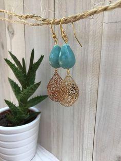 Mooie gouden Bohemian oorbellen met zeeblauw edelsteen amazoniet. door KathyStoneJewelry op Etsy