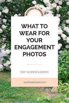 Outfit ideas for engagement photos to make sure that you look your best! Dos & Donts of engagement photo outfits. Read now or pin & save for later!