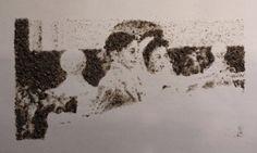 "Gil Gijón - Obra ""Rafaelito y Maruja."" (2014) Marco: 25 x 25 cm. Retrato: 4 x 7,5 cm. Polvo adherido sobre acetato."