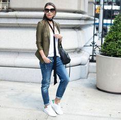 comment porter des stan smith, paire de jeans claires, veste kaki, débardeur blanc, lunettes de soleil noires