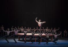 BOLERO Música: Maurice Ravel Coreografía: Maurice Béjart Reposición: Piotr Nardelli Intérpretes: Friedemann Vogel (Ballet de Stuttgart) junto al Ballet de Santiago Foto: Patricio Melo