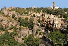 History and Legend of the Chittorgarh Fort in Rajasthan, India. Chittorgarh Fort is a massive and majestic fort situated on a hilltop near Chittorgarh town in Rajasthan state in India. History of Chittorgarh Chittorgarh Fort, Rishikesh, Varanasi, Agra, Maldives, Sri Lanka, History Of India, Indian Architecture, Amazing Architecture