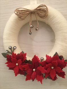 Kúpili len kruh z polystyrénu za pár drobných: Keď uvidíte tie úžasné nápady, na predra Easy Christmas Ornaments, Felt Christmas, Felt Ornaments, Holiday Wreaths, Simple Christmas, Christmas Decorations, Felt Wreath, Diy Wreath, Felt Flowers