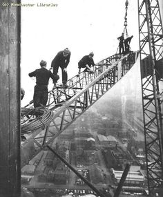 CIS Tower under construction in Manchester, No health & safety in those days. The steel workers were from Motherwell in Scotland. Crane Construction, Construction Safety, Old Pictures, Old Photos, Vintage Photos, Iron Work, Back In Time, Historical Photos, Portraits