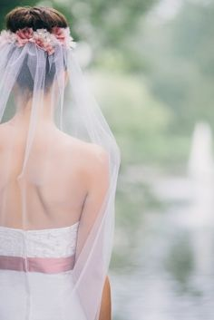 noni 2015 zarter Schleier zum schlichten schulterfreien Brautkleid mit zarter Bestickung und rosa Band mit Schleife  (www.noni-mode.de - Foto: Le Hai Linh)