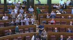 Iglesias revienta el pleno del Congreso con una protesta contra los CIES