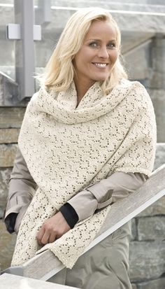 Familie Journal - strikkeopskrifter til hende Knitting Stitches, Knitting Yarn, Free Knitting, Shawl Cardigan, Lace Scarf, Knitting Accessories, Knitting For Beginners, Knitted Shawls, Knitwear