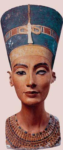 Busto de Nefertiti del taller del escultor Tutmosis en Amarna. Caliza cubierta de yeso pintado. Museo egipcio de Berlin.
