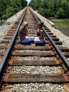 Sitting on the train tracks in pjs and swimsuit tops ( Best Friends Forever ) Bff Pictures, Best Friend Pictures, Friend Photos, Cool Pictures, Family Pictures, Cute Friends, Best Friends, Friends Forever, Best Friend Poses