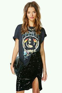 A saia de paetês combinada com a camiseta deixou o look super moderno. Amamos combinações inusitadas!