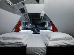 O avião Jumbo Stay Dormir no avião pode não ser das experiências mais confortáveis... mas com o Jumbo Stay, a história é outra. Estacionado na entrada do Aeroporto Arlanda, em Estocolmo, na Suécia, trata-se do primeiro Boeing 747-200 convertido em hotel/hostel. Nada de dormir nas poltronas por lá: o espaço comporta 25 quartos com 2 a 4 camas (em estilo albergue) e uma suíte de luxo no andar superior, que fica nada menos que na cabine do piloto, com direito a uma vista incrível.