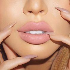 Mat, crémeux ou gloss, le rouge à lèvres se décline en plusieurs variantes qu'on a parfois l'embarras du choix ou on ignore tout simplement lequel utiliser suivant le résultat qu'…