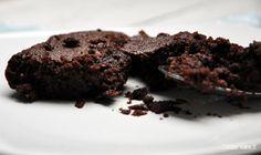 """Et encore un gâteau dans la lignée des derniers sans œuf, sans gluten, sans sucre, sans lait """"un gâteau à rien"""" comme mes amis aiment me taquiner :) Oui voilà un gâteau chocolat / orange à rien, un bon prétexte pour vous parler des huiles essentielles en cuisine ! Et qui fera plaisir à tous les vegans gourmands et aux poly allergiques qui cherchent des nouvelles recettes """"sans"""", mais gourmandes !"""