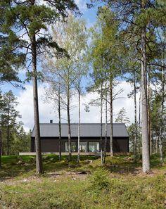 Villa Wallin von Erik Andersson Architects auf der Insel Yxlan in Schweden Painted Pine Walls, Nature Architecture, Stockholm Archipelago, Long House, Into The West, Modern Barn, Summer Dream, Cabins In The Woods, Black House