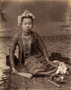 Indonesia ~ Indonesian vintage yet modern kind of kalung Vintage Beauty, Vintage Fashion, Indonesian Women, Indonesian Art, Ghost In The Machine, Elegant Man, Historical Pictures, People Of The World, Burmese