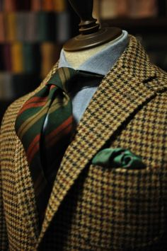 Tri color houndstooth tweed, wide spread collar, modified Oxford stripe tie.