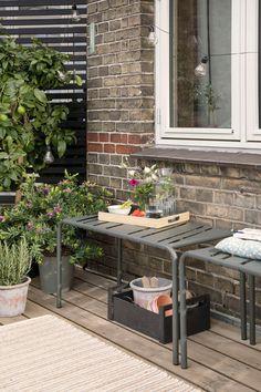 Un banc métallique en guise d'assise ou de table d'appoint sur la terrasse