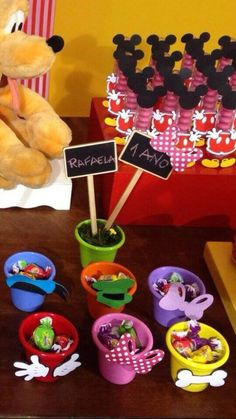 Mickey, Minnie, Donald, Margarida, Pateta e Pluto, turma completa !