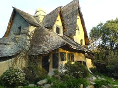 """The Spadena House, also known as The Witch's House, is a storybook house in Beverly Hills, California. The residence still appears to this day in movies, including 1995's Clueless.[citation needed]  The home has been called a precursor to Walt Disney's concept of Imagineering, whereby stage sets become fully realized environments.[4] And, architect Charles Willard Moore once described the building as the """"quintessential Hansel and Gretel house."""""""